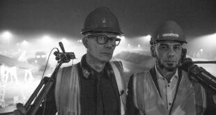 Eskil Simonsson och Joakim Montelius med Örtoftaverkets bränslegård i bakgrunden.